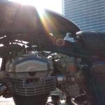 朝日をバッグにCRキャブレターとW650エンジン